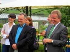 Ina Rosenthal, Josha Frey, Thomas Brehm und Franz Untersteller beim Besuch des Energiegewächshauses in Binzen.