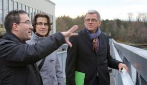 Beat Karrer, Geschäftsführer, erklärt Ina Rosenthal und Helmfried Meinel (von links) das Umgehungsgewässer