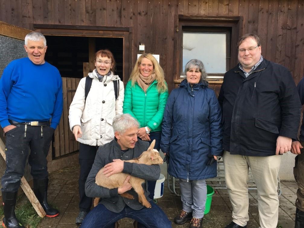 Gerhard Zickenheiner freut sich mit Tanja Steinebrunner über das Biosphären-Mutterkuh- und Ziegenstallprojekt von Julian Marterer in Fröhnd